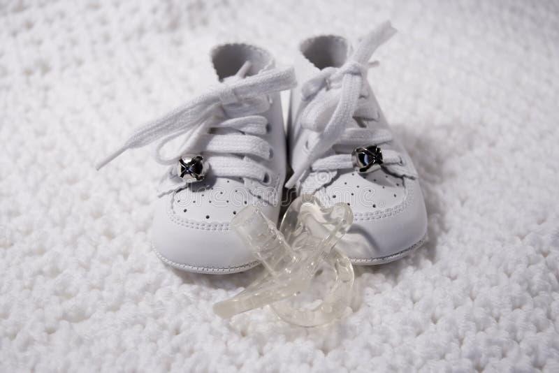 Zapatos de bebé con el pacificador fotos de archivo libres de regalías