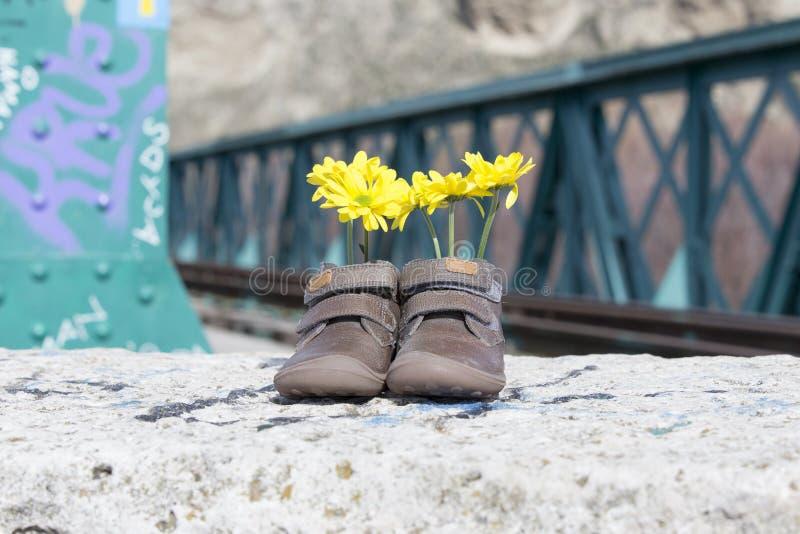 Zapatos de bebé con las flores amarillas foto de archivo