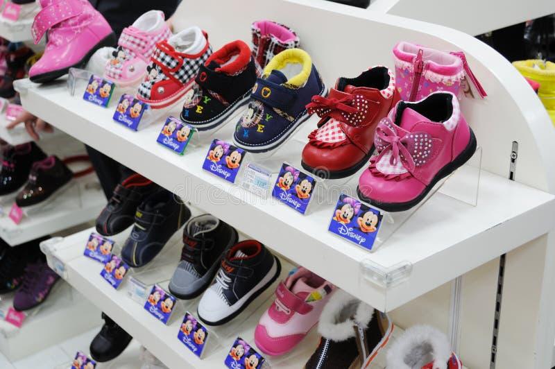 Zapatos de bebé del mickey de Disney fotografía de archivo