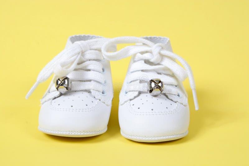 Zapatos de bebé en fondo amarillo imagen de archivo libre de regalías