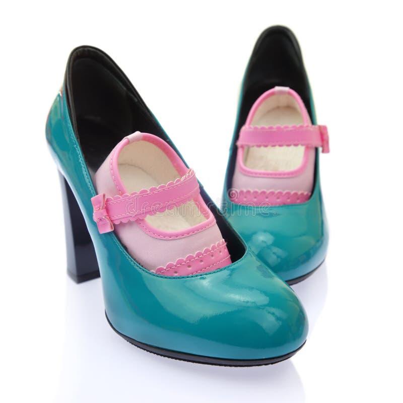 Zapatos de bebé en la mamá foto de archivo