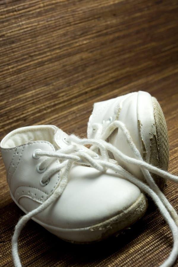 Zapatos de bebé gastados y sucios foto de archivo libre de regalías