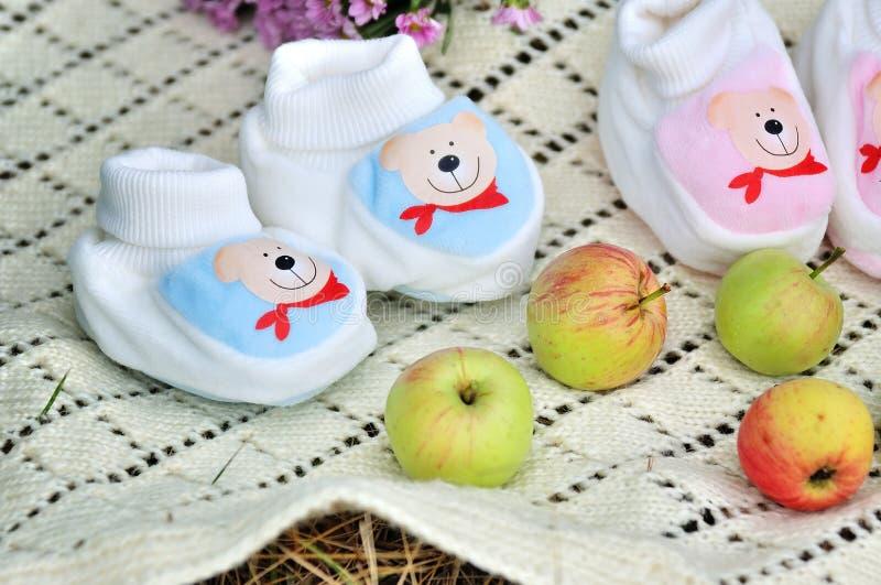 Zapatos de bebé hechos punto foto de archivo libre de regalías
