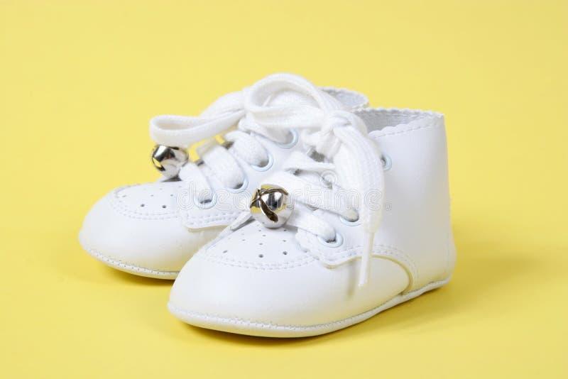Zapatos de bebé junto en amarillo foto de archivo