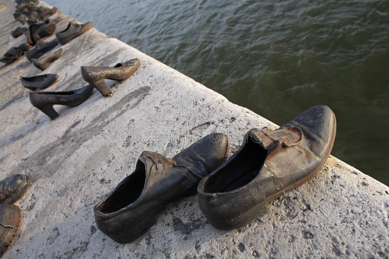Zapatos de bronce en el terraplén de Danubio fotografía de archivo