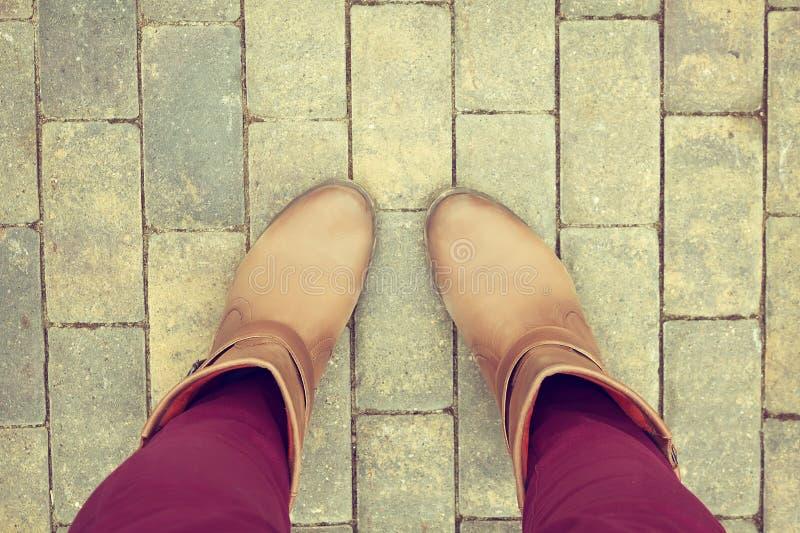 Zapatos de Brown de la opinión aérea sobre el pavimento del bloque de cemento fotografía de archivo libre de regalías