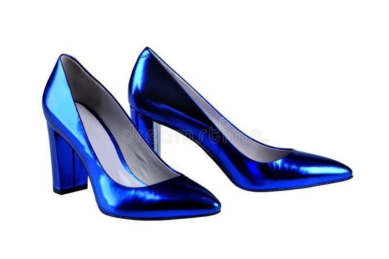 Zapatos de charol del ` s de las mujeres del azul real, aislados en blanco imagen de archivo libre de regalías