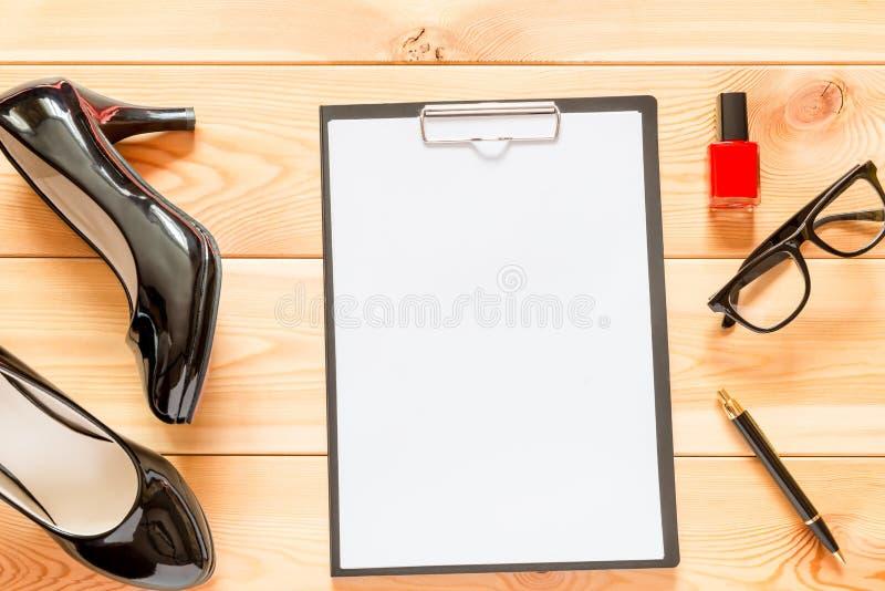 Zapatos de charol negros y espacio en blanco de papel un primer imagen de archivo libre de regalías
