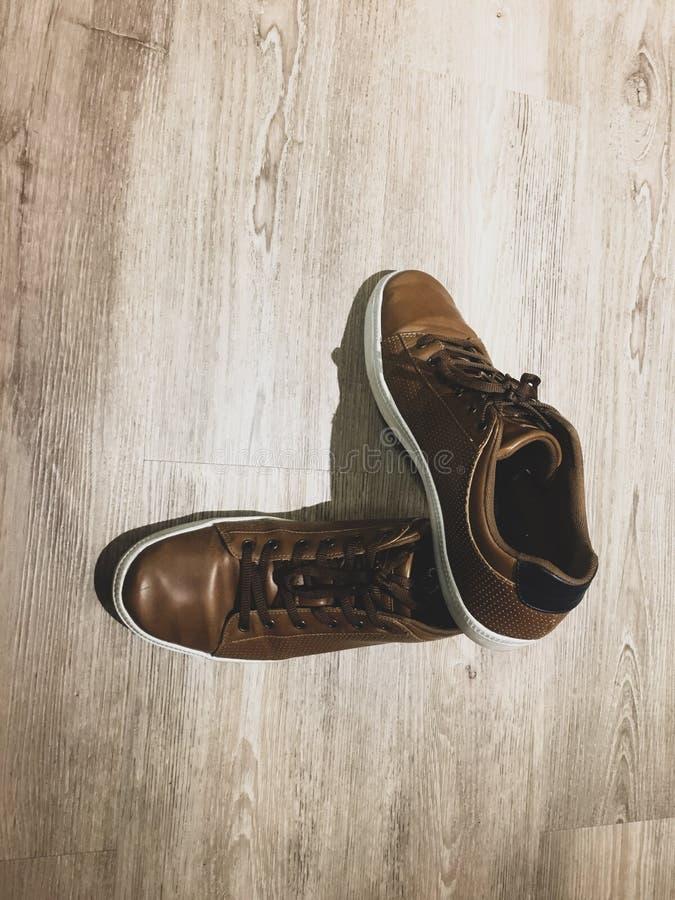 Zapatos de cuero de Brown en la lamina imagen de archivo