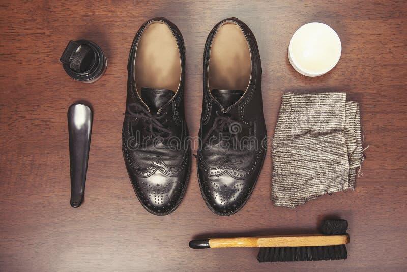 Zapatos de cuero de pulido fotos de archivo