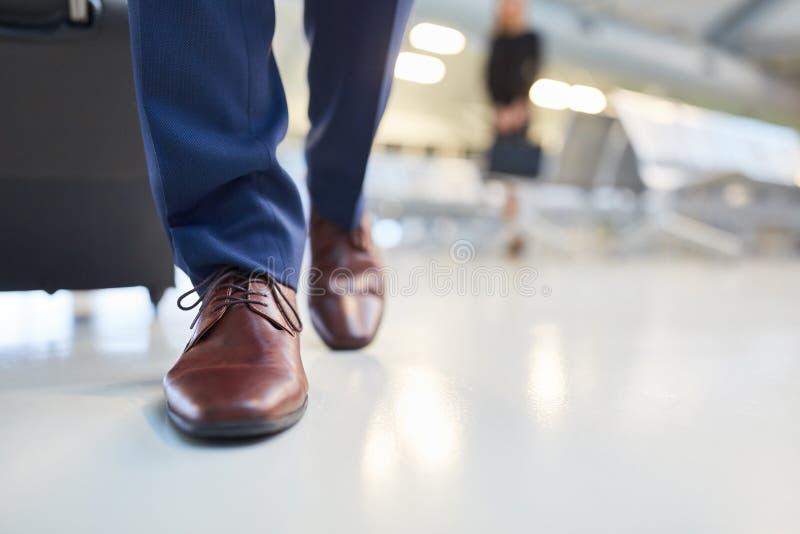 Zapatos de cuero elegantes de Brown con los cordones fotografía de archivo libre de regalías