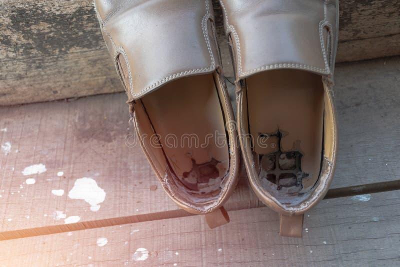 Zapatos de cuero marrones masculinos viejos foto de archivo