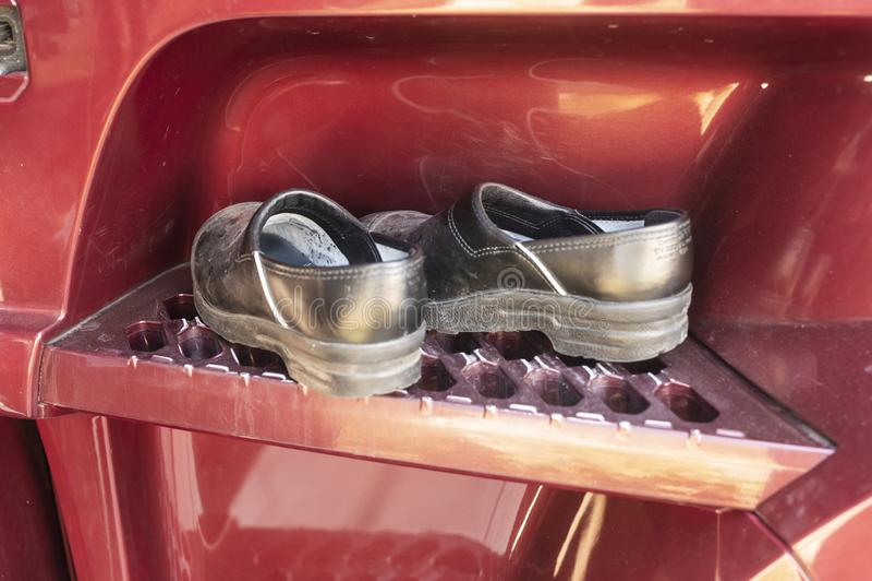 Zapatos de funcionamiento en los pasos de un camión imagen de archivo