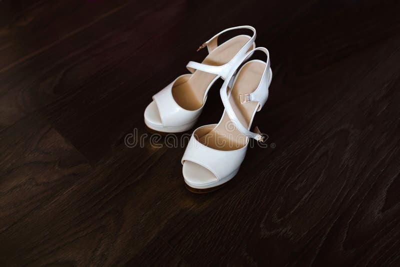 Zapatos de la boda del ` s de las mujeres blancas fotografía de archivo