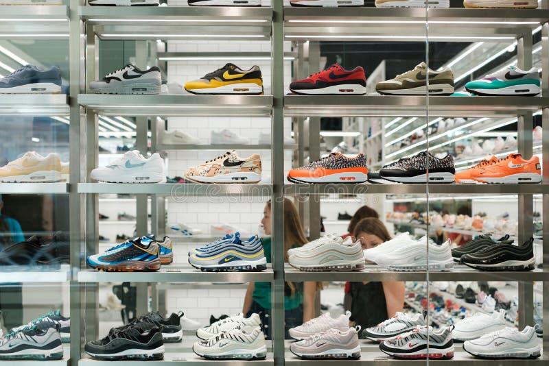 Zapatos de la colección/del deporte de la zapatilla de deporte de Nike en ventana de las compras en el stor fotografía de archivo