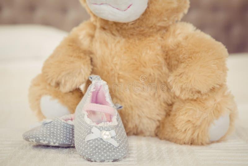 Zapatos de la felpa y del niño fotos de archivo