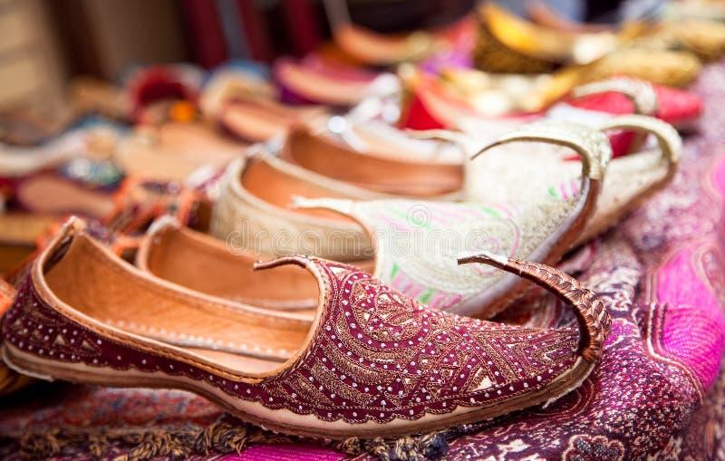 Zapatos de la mujer iraní auténtica en el bazar de Vakili fotos de archivo