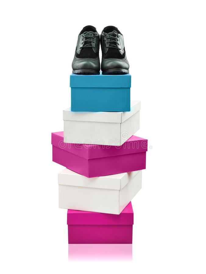 Zapatos de la mujer negra encima de las cajas apiladas aisladas foto de archivo libre de regalías