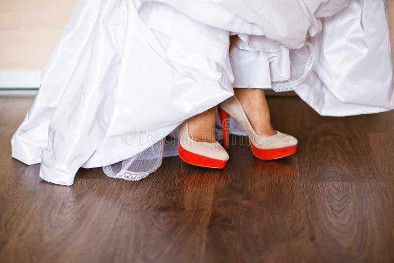 Zapatos de la novia hermosa imagen de archivo