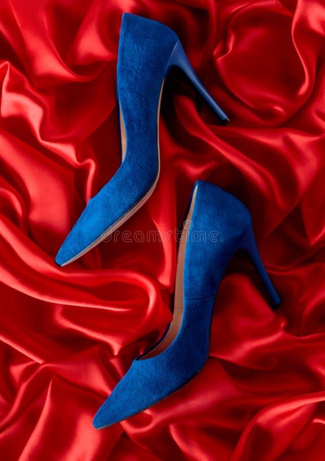 Zapatos de la pana de las mujeres en un fondo de seda imagen de archivo
