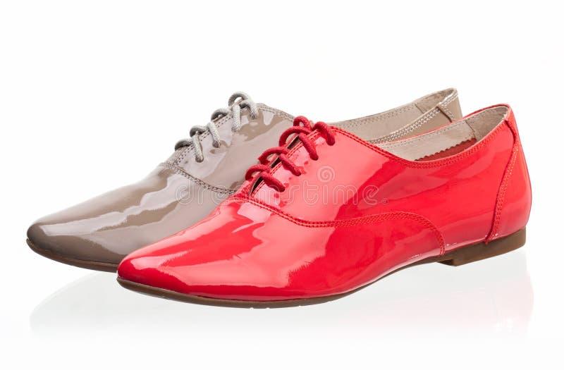Zapatos de las mujeres del cuero de patente contra blanco fotografía de archivo libre de regalías