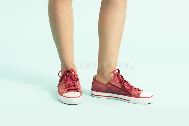 Zapatos de las mujeres zapatos de los deportes, zapatillas de deporte Primer de las piernas y de los pies de la mujer que llevan  imagen de archivo