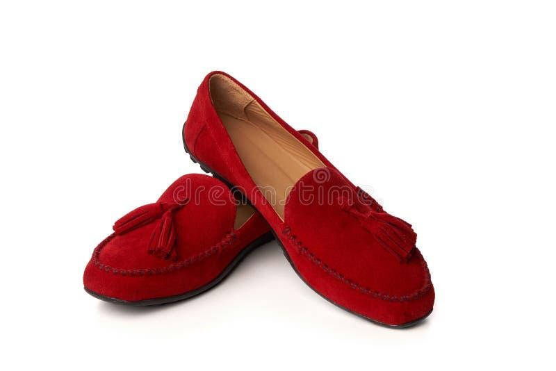 Zapatos de los mocasines de la mujer roja del ante aislados en blanco fotos de archivo libres de regalías