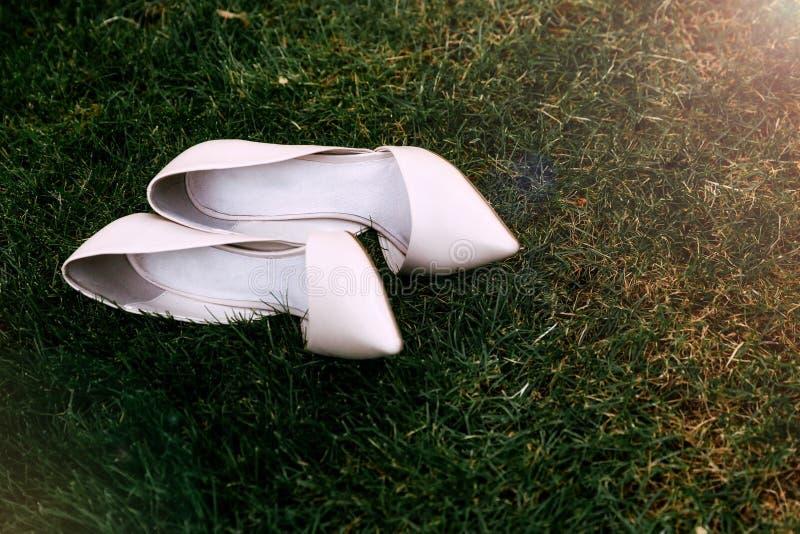 Zapatos de lujo de la boda del ` s de las mujeres fotografía de archivo