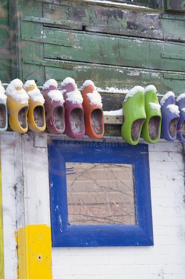 Zapatos de madera coloreados en la pared foto de archivo libre de regalías