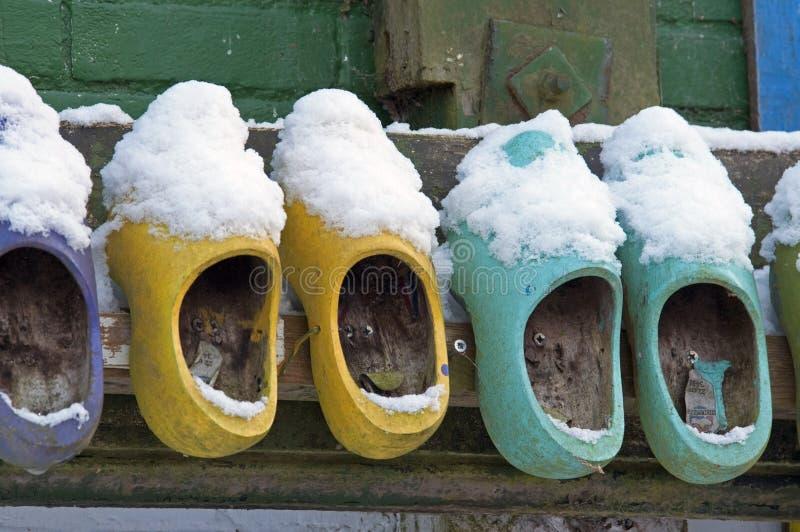 Zapatos de madera coloreados en la pared imágenes de archivo libres de regalías