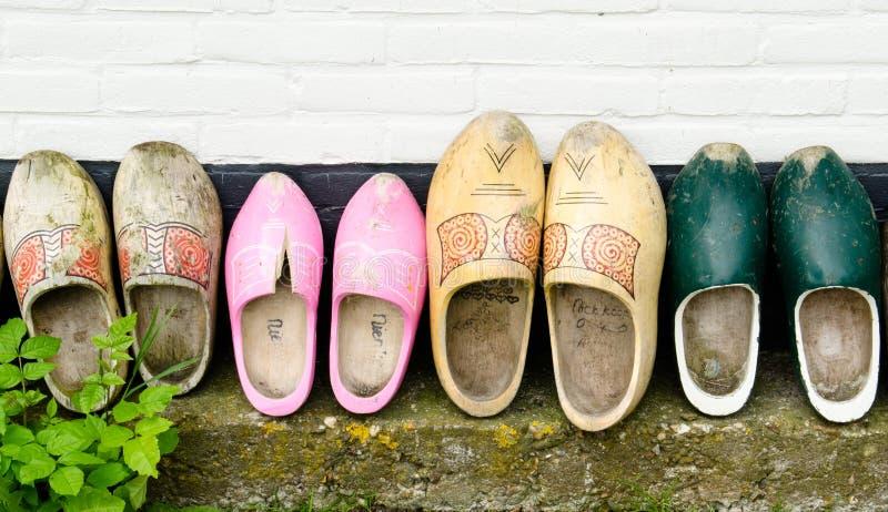 Zapatos De Madera Contra Una Pared Foto de archivo