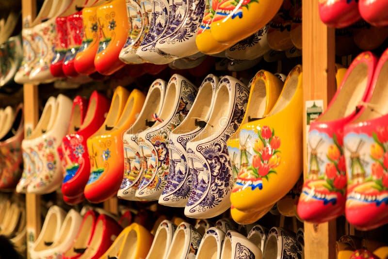 Zapatos de madera holandeses tradicionales en el escaparate en una tienda imagen de archivo libre de regalías