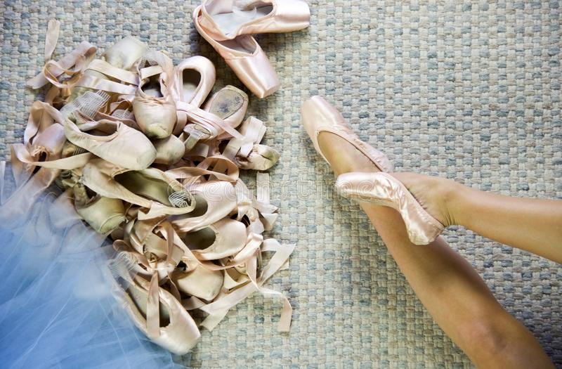 Zapatos de mentira del punto del bailarín de ballet que intentan fotos de archivo libres de regalías