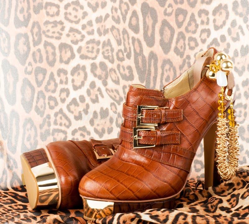 Zapatos de moda con joyería de oro imágenes de archivo libres de regalías