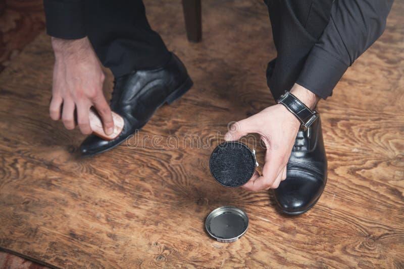 Zapatos de pulido del hombre con un cepillo fotos de archivo libres de regalías