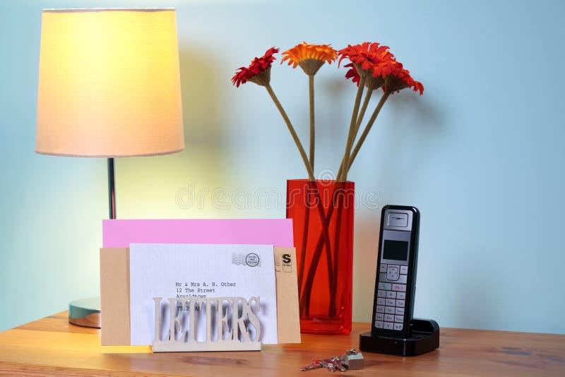 Zapatos del alto talón de las mujeres y teléfono móvil en hierba imágenes de archivo libres de regalías