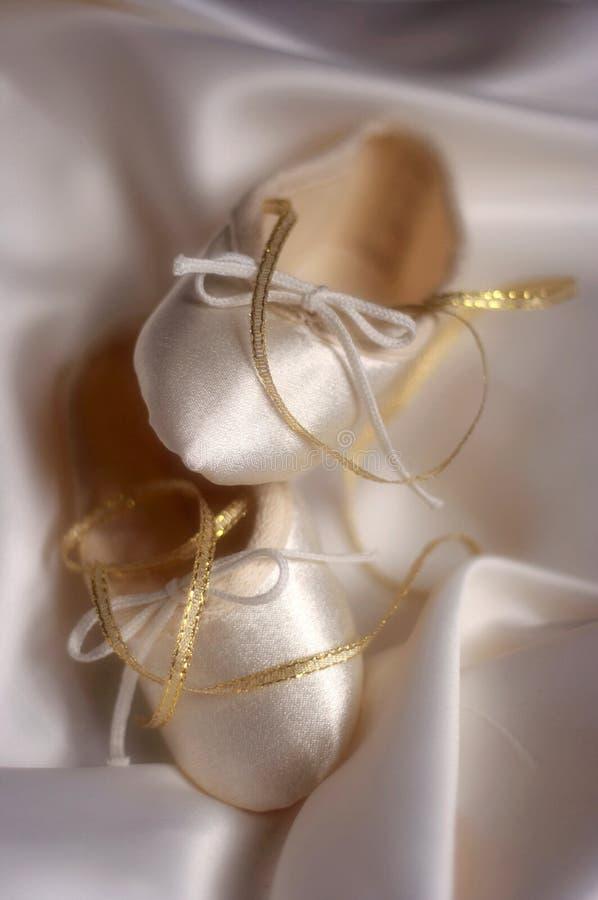 Zapatos del ballet o de la boda foto de archivo