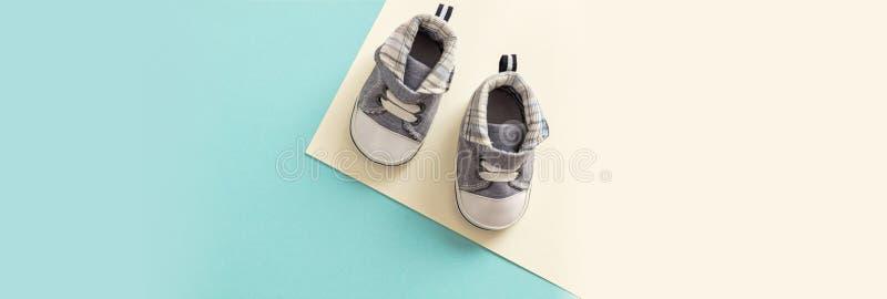 Zapatos del bebé en el fondo de los colores en colores pastel, bandera fotografía de archivo libre de regalías