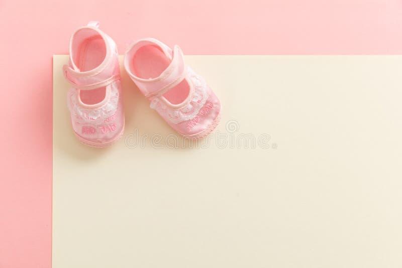 Zapatos del bebé en fondo de los colores en colores pastel fotos de archivo