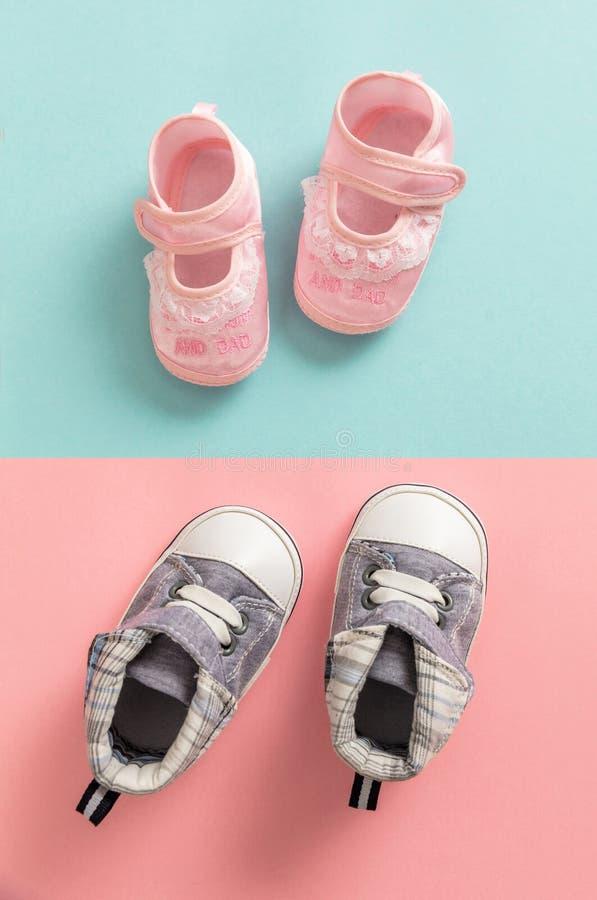 Zapatos del bebé y de la muchacha en fondo de los colores en colores pastel fotos de archivo