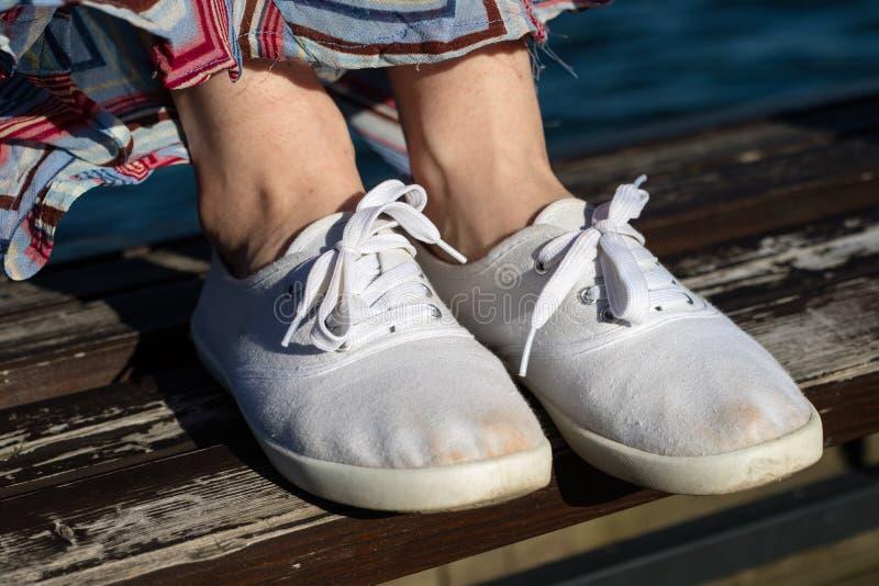 Zapatos del deporte en la playa Women& x27; zapatos de s en una primavera hermosa DA fotografía de archivo