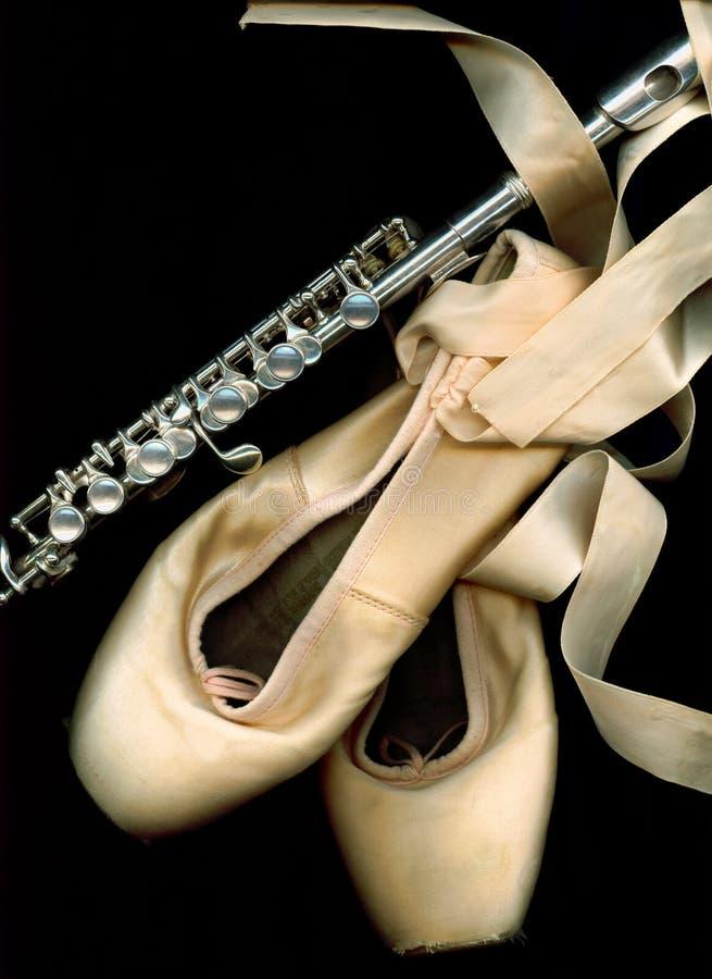 Zapatos del pointe del ballet con el flautín fotos de archivo