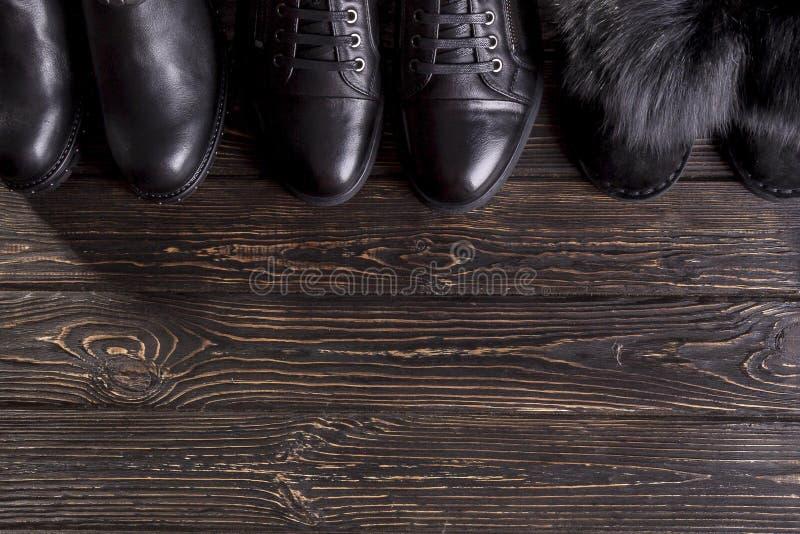 Zapatos del ` s de los zapatos y de las mujeres del ` s de los hombres de la visión superior en fondo de madera foto de archivo libre de regalías