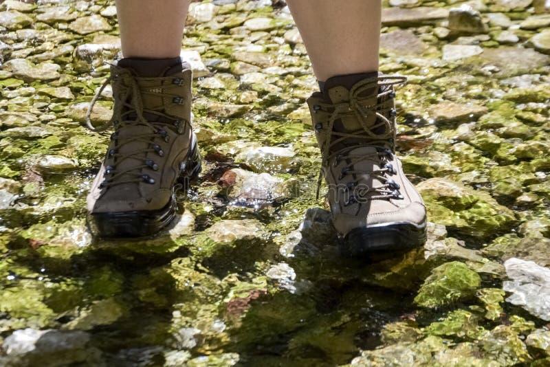 zapatos del senderismo - caminar botas fotos de archivo