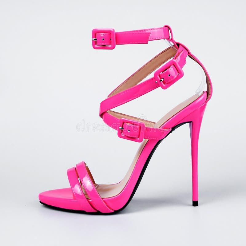 Zapatos del talón de las mujeres rosadas foto de archivo