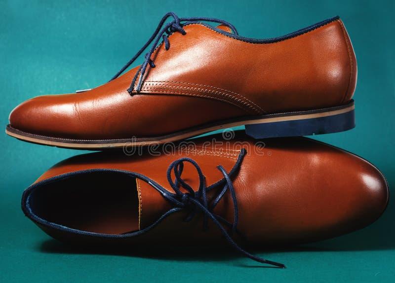 Zapatos del varón del cuero de la moda de Brown fotos de archivo