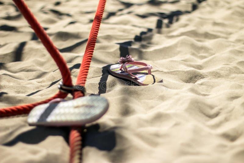 Zapatos del verano del niño en la arena imagen de archivo libre de regalías