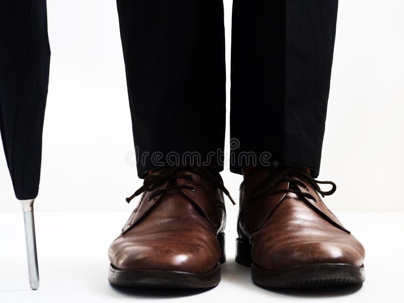 Zapatos elegantes del ` s de los hombres y un paraguas imagenes de archivo