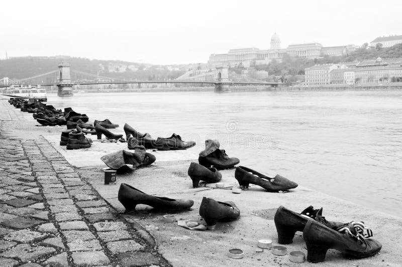 Zapatos en el banco de Danubio fotografía de archivo