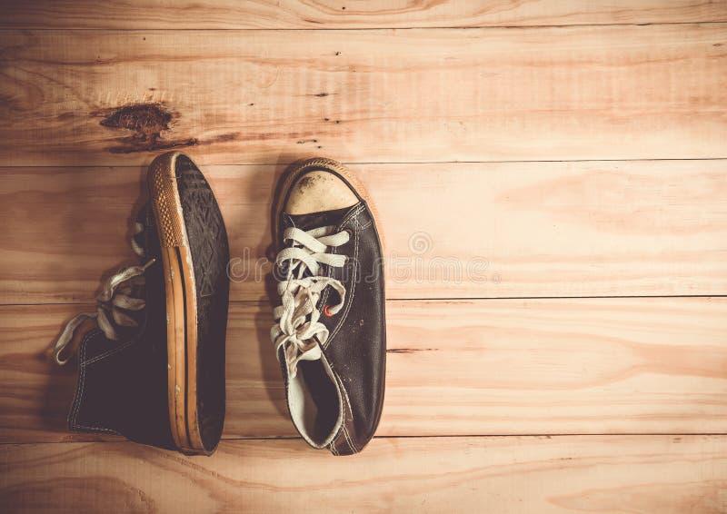 zapatos en el fondo de madera foto de archivo